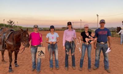 Laçadoras de Breakaway Roping 'afiam' suas cordas, algo importante para qualquer esporte, já que treino nunca é demais! Sobretudo no esporte equestre