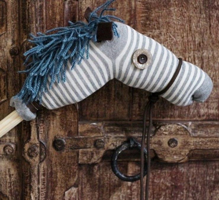 O cavalo de pau nada mais é do que um brinquedo com uma cabeça de cavalo presa a um pedaço de madeira, que surgiu no Brasil