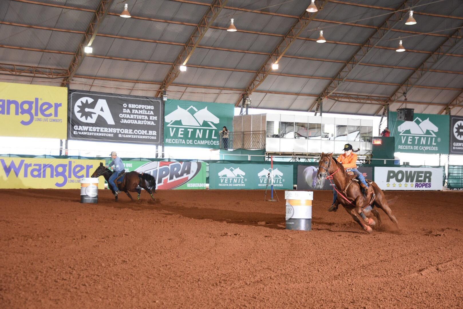 Cinco Tambores é uma modalidade disputada por dois conjuntos simultaneamente, o cavalo deve contornar os tambores e vence quem chegar 1°