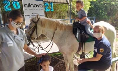 Equoterapia é um método terapêutico e educacional, que utiliza o cavalo em abordagem interdisciplinar; busca desenvolvimento biopsicossocial