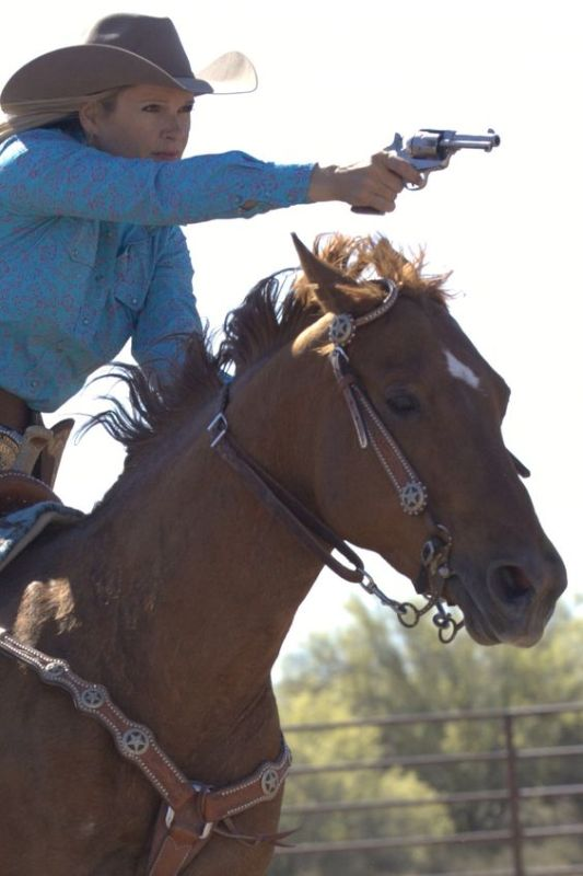 Kenda Lenseigne é campeã de Mounted Shooting, um esporte equestre que envolve um cavaleiro e seu cavalo e ainda um padrão de tiro
