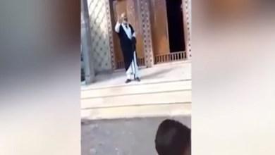 """Photo of شاهد .. مصري يقف أمام مسجد مدعياً أنه """"المهدي المنتظر"""" في زمن كورونا"""