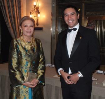 Kejsarinnan Farah Diba med sällskap