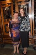 Mor och dotter, Marcella och Anna-Karin Schatzl från Slovakien gratulerar med sång, gitarrspel och poesi.