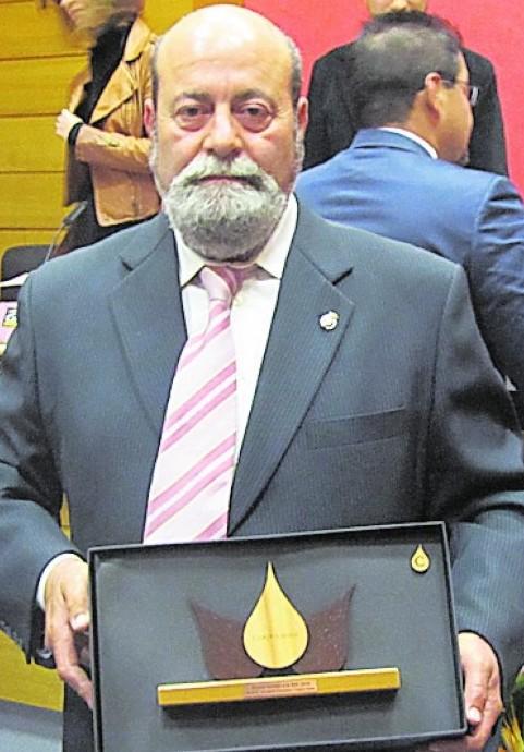 Juan José posa con su premio. / LV