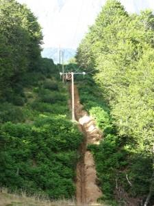 Soterramiento de tendido eléctrico para evitar muertes por colisión contra ellos.