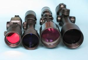 La óptica debe ser elegida escrupulosamente para esta modalidad y pieza. Sus costumbres nos obligarán a tirar muchas veces entre dos luces. Monten siempre en sus rifles óptica que ronde los diez aumentos y campanas de, al menos, 50 mm.