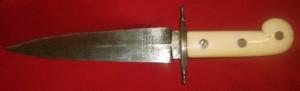 Cuchillo de remate de Covarsí, que diseñó a la medida de su mano, con empuñadura de marfil, hoja fina y biselada, grabada con su nombre.