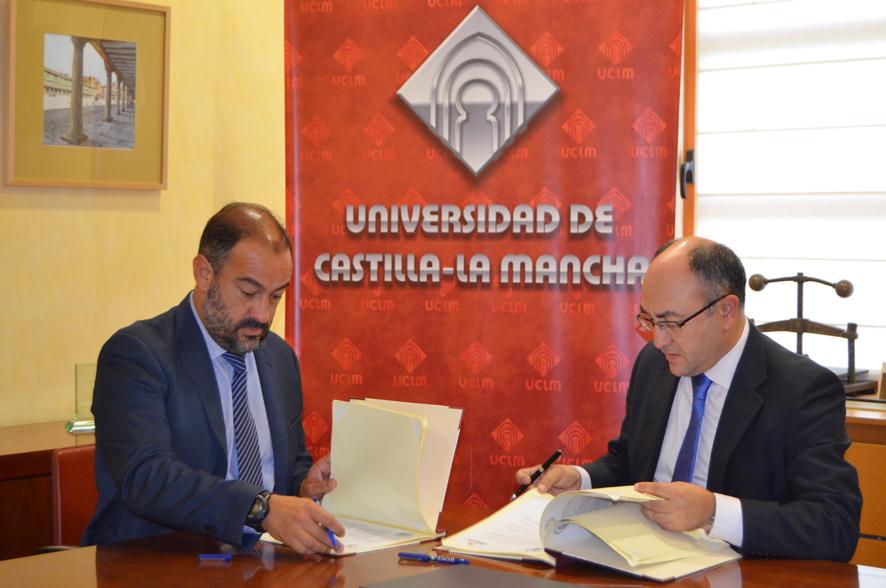 Julián Garde y Florencio Rodríguez firman el convenio.