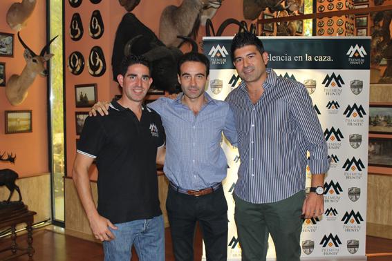 Enrique Ponce, matador y cazador apadrinó el nuevo Club de Cazadores organizado por Juan José López del Cerro (derecha) y presentado por Alfonso del Valle (izquierda).
