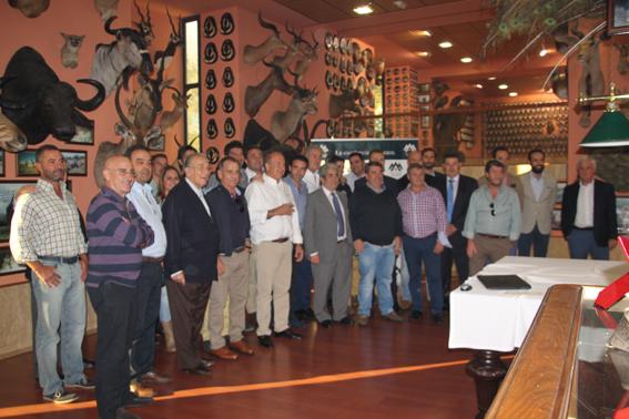 Foto de familia de los asistentes al nuevo Club de Cazadores Premium Hunts, en el Pabellón de Caza de la empresa.