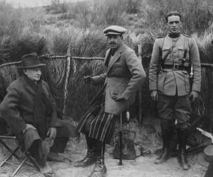 Miguel Primo de Rivera en un puesto de caza junto a Alfonso XIII (centro).