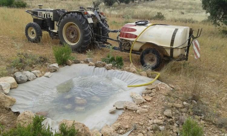 Suministro de agua en el bebedero de un coto.
