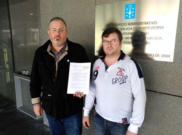 Entrega de las alegaciones por parte del Delegado en Galicia de la Asociación Española de Rehalas y el Presidente de la Asociación de Caza Mayor de Galicia, ambos miembros de la Mesa Gallega por la Caza.