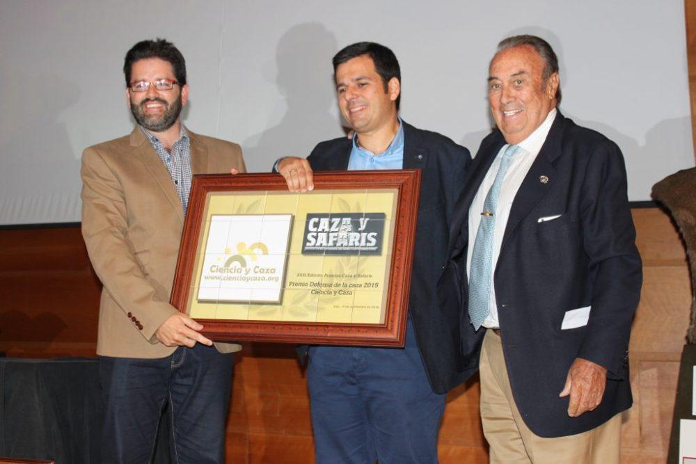 Los Dres. Carlos Sánchez García-Abad y Carlos Díez Valle, de Ciencia y Caza, recogiendo el Premio Defensa de la Caza 2015.