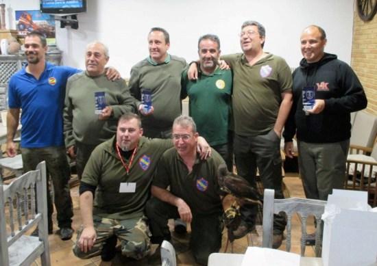 Los campeones con representantes de las asociaciones cetreras colaboradoras y con Bernardo Molina López, subdelegado en funciones de la FMC.