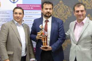 El director general de deportes, Juan Ramón Amores (C), acompañado del presidente de la Federación de Caza de CLM (I), Agustín Rabadán y el teniente de Alcalde del Ayuntamiento de Alcázar de San Juan, Ángel Rubén Arias.