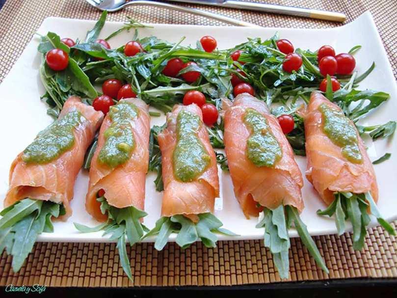 Rollitos de salmón con queso crema y pesto de rúcula