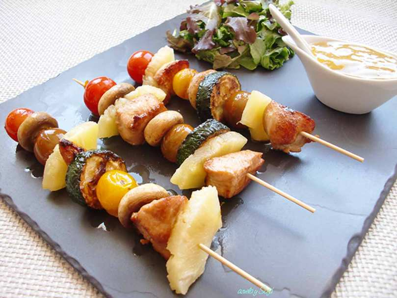 Brochetas-de-pollo-con-verduras-y-salsa-de-miel-y-mostaza