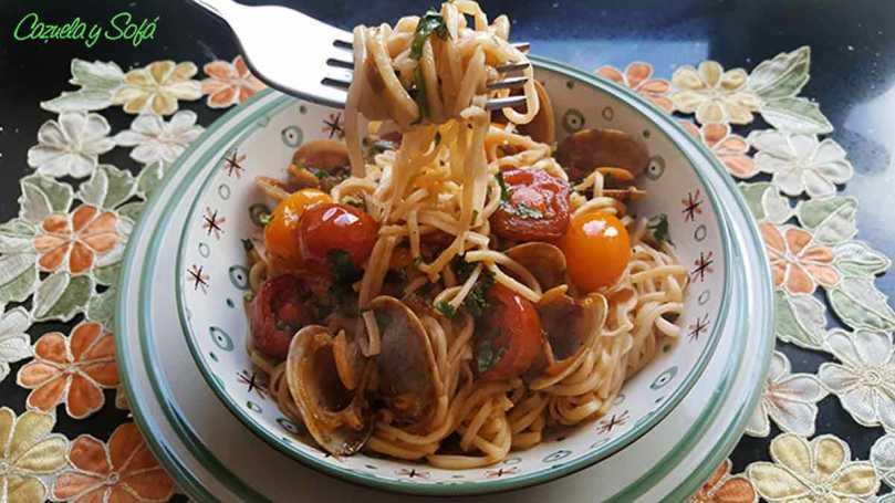 Espagueti-con-verduras-y-almejas-en-salsa-de-soja
