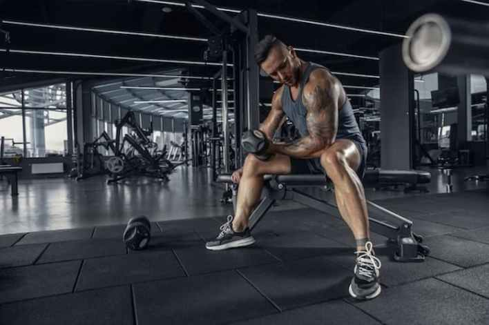 homme en pleine musculation