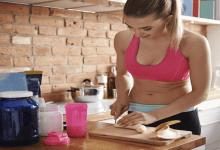 Une femme préparant un complément alimentaire dans sa cuisine