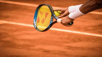 un tenisman avec son raquette