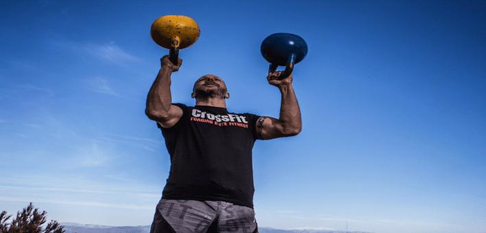 un sportif de haut niveau soulevant deux poids