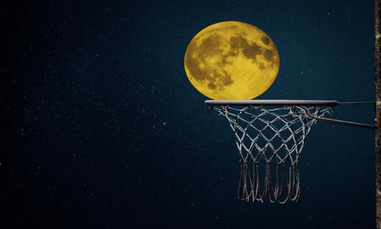 un cerceau de basket avec la lune en arrière plan