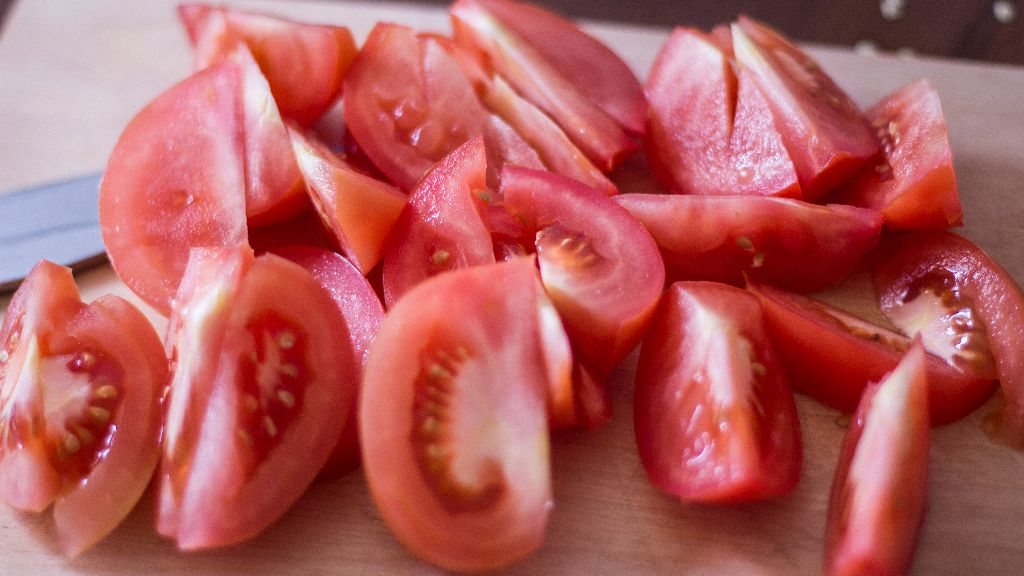 Cut tomatoes into big pieces