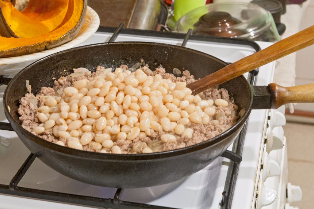 Combining the minced pork with white beans