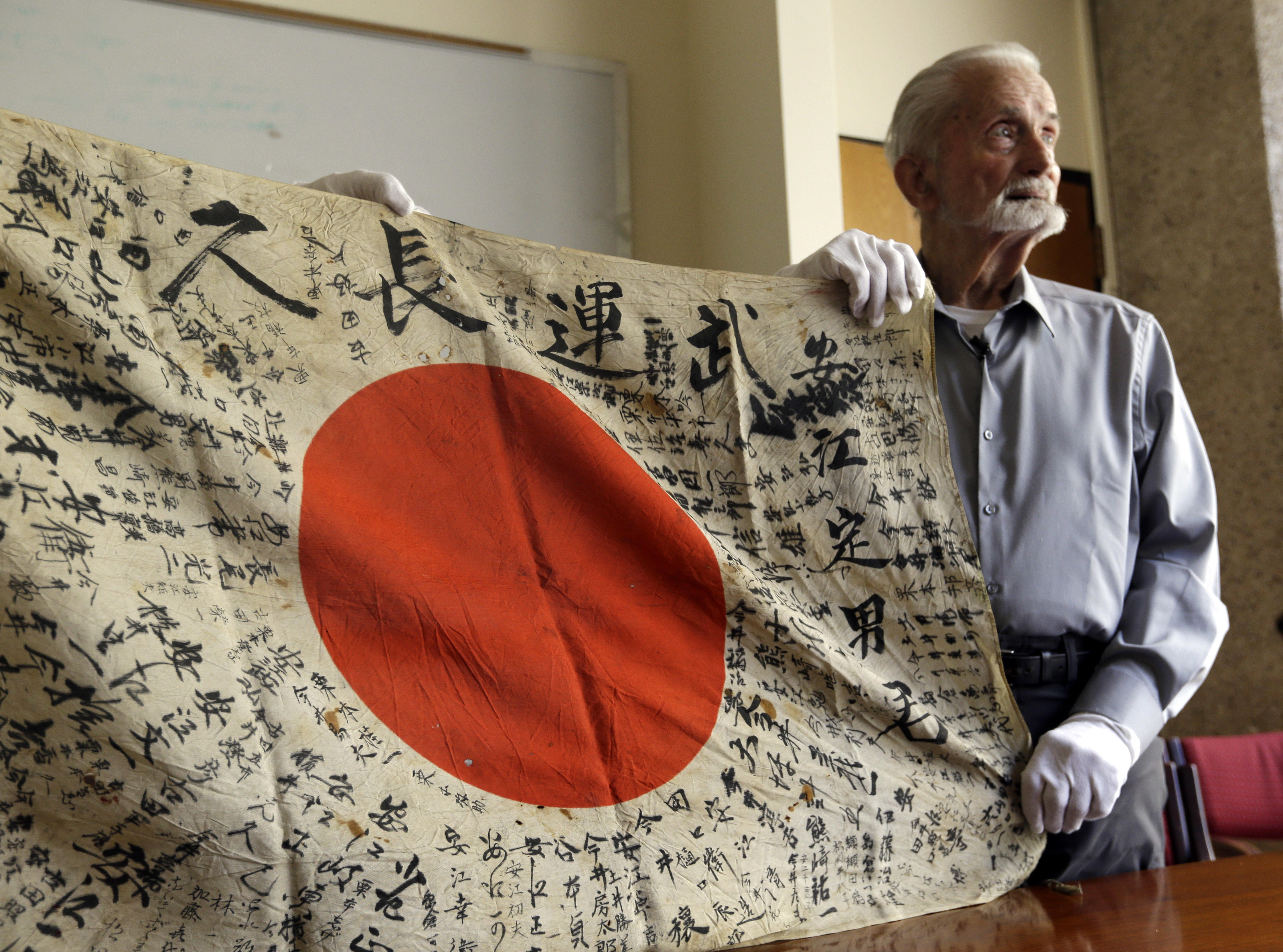 U S Wwii Vet Bringing Back Flag He Took From Dead Japanese Sol R