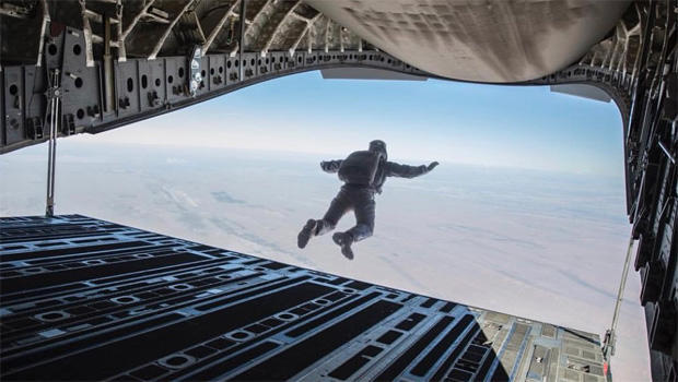 mission-impossible-tom-cruise-parachute-jump-620.jpg