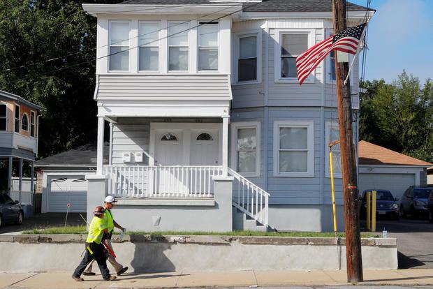 Une équipe de Columbia Gas of Massachusetts travaille dans un quartier évacué à la suite d'une série d'explosions de gaz à Lawrence.