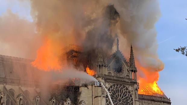 Feuer brennt Notre Dame Cathedral in Paris