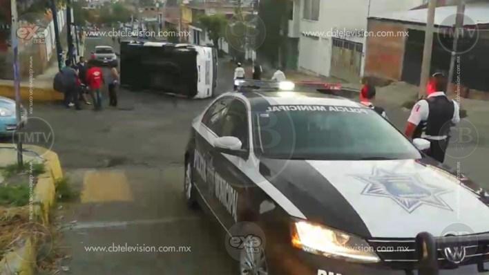 De nuevo, otro transporte vuelca en Morelia al quedarse sin frenos