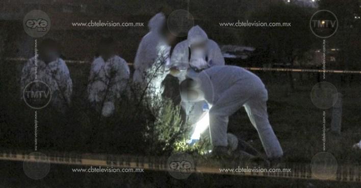 Ejecutan a joven pareja en lote baldío en colonia de Morelia