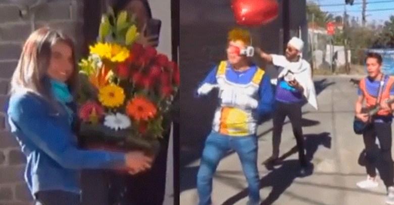 Video: Vestido de Vegeta y cantando, le pide que sea su novia
