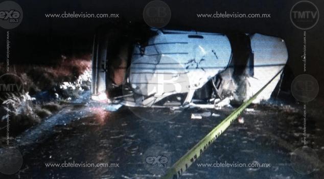 Joven fallece en volcadura de una camioneta en la carretera Zamora-La Barca