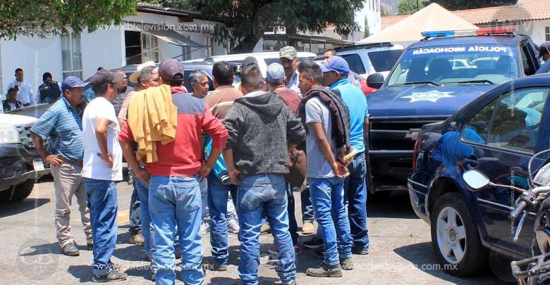 Comuneros toman alcaldía de Uruapan para exigir mayor seguridad