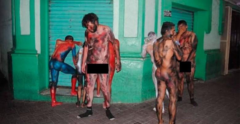 """Desnudos y pintados de """"Avengers"""" los obligan a caminar en el centro de Tamaulipas"""