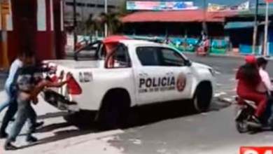 Víctima y ladrón se unen para empujar la patrulla que los trasladaba