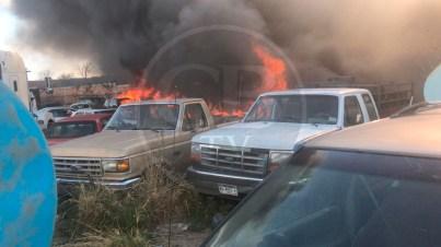 Incendio en corralón deja varios autos en cenizas