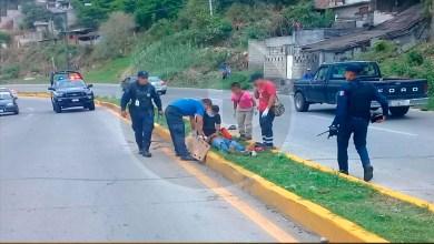 Dos personas resultaron heridas tras derrapar la motocicleta en la que viajaban, en la carretera Zitácuaro-Morelia