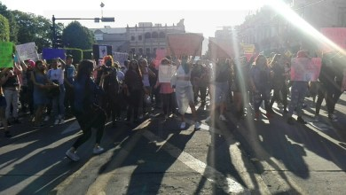 """Al grito de """"no me cuidan, me violan"""" feministas se manifiestan en Morelia"""