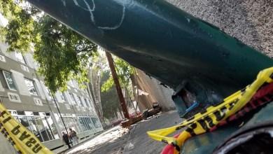Vehículo derriba postes de luz en la colonia Cuauhtémoc