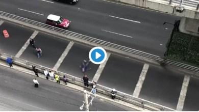 Video: Conductor choca y cae del segundo piso del Periférico en CDMX