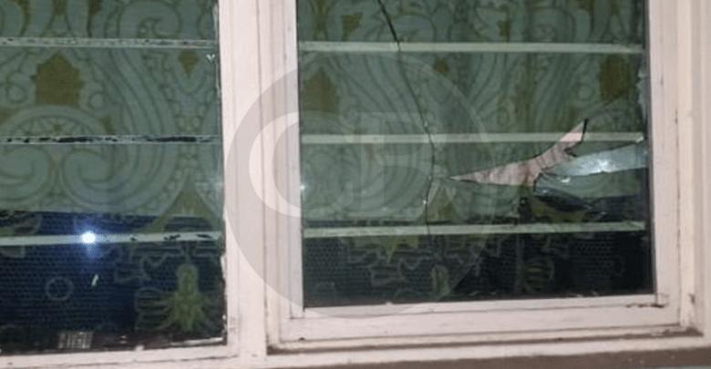 Ebrio daña tres autos y destroza ventanas de una vivienda