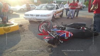 Photo of Una pareja herida deja choque entre taxi y motocicleta