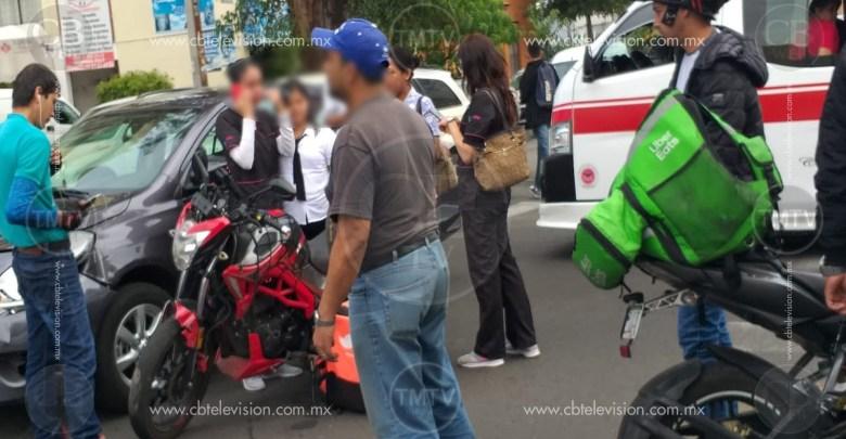 Choca motociclista con un auto en la Av. Ventura Puente